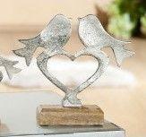 Vogelpaar auf Herz mit Holzbase